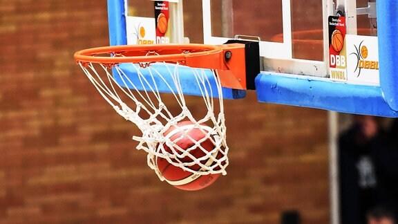Ein Basketball im Korb