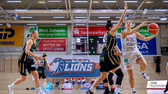 Barbora Kasparkova 10, GISA Lions SV Halle unterm Korb gegen CHERISE BEYNON Saarlouis
