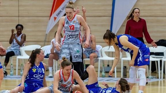 Charlotte Kreuter 13, GISA Lions SV Halle wird von Elisa Hebecker Wasserburg und Laura Hebecker Wasserburg zu Fall gebracht.