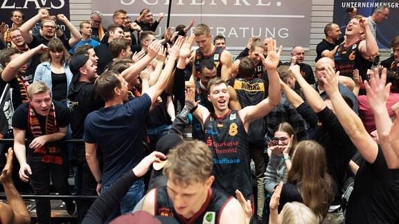 Jan Niklas Wimberg (Chemnitz 8) lässt sich nach dem Sieg von den 500 mitgereisten Fans feiern.