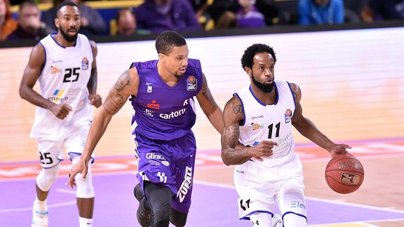 Julius Jenkins (Science City Jena) (am Ball), Pendarvis Williams (BG Goettingen)