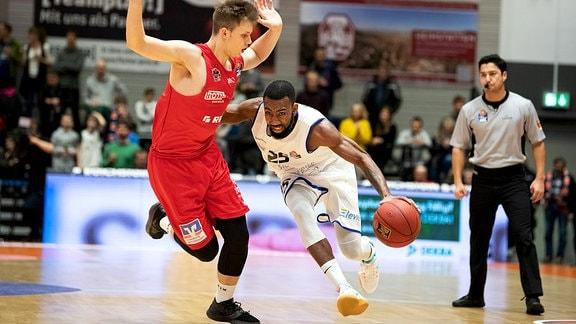 Dru Joyce (Jena) am Ball gegen Bjarne Kraushaar