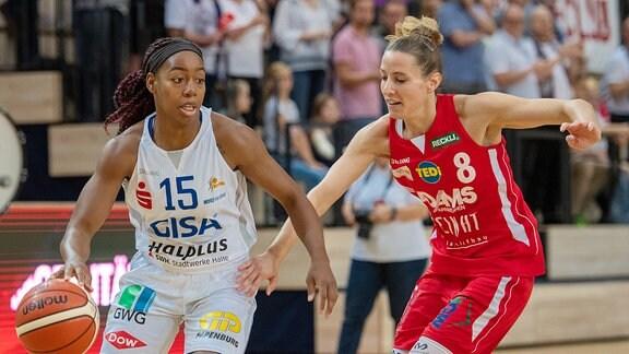 Cori Sharise Coleman (15, GISA Lions SV Halle) gegen Eva Rupnik (Herner TC) im Spiel der GISA Lions SV Halle vs. Herner TC Basketball - 1. Bundesliga - ERDGAS Sportarena Halle (Saale)