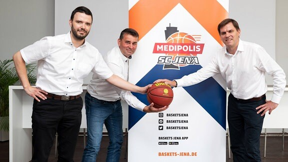 v.li. Jenas Finanzdezernent Benjamin Koppe, Baskets Jena Geschäftsführer Lars Eberlein und Medipolis-Geschäftsführer Dr. Christian Wegner präsentieren das neue Logo