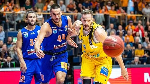 Die Basketballspieler Benedikt Turudic 44 Syntainics MBC ubd Jonas Wohlfart-Bottermann 18 MHP Riesen Ludwigsburg bei einem Spiel.
