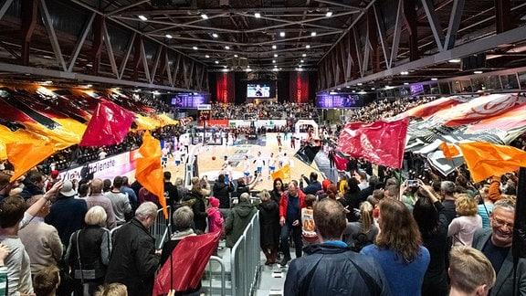 Blick in die mit 4400 Besuchern ausverkaufte Messe Chemnitz mit Choreographie vor dem Spiel.