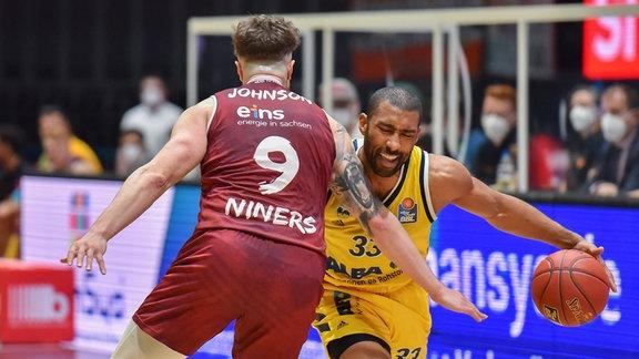 Dominique Johnson (Chemnitz) und Jayson Granger (Berlin) (v.l.) kämpfen im Zweikampf.