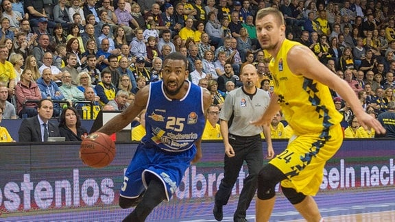 Rasid MAHALBASIC (EWE Baskets Oldenburg 24 ) Dru JOYCE ( Science City Jena 25 )