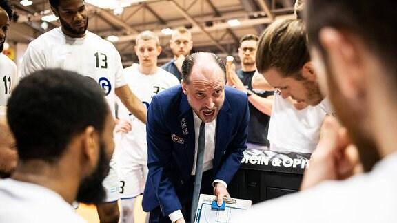 Der neue Science City Jena Cheftrainer Marius Linartas bei der Ansprache an sein Team Sparkassen Arena Jena