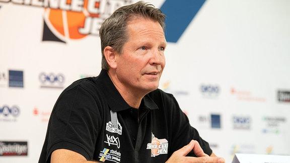 Trainer Frank Menz während Pressekonferenz