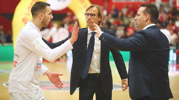 Trainer Bjoern Harmsen MBC, Mitte klatscht Jovan Novak MBC ab.
