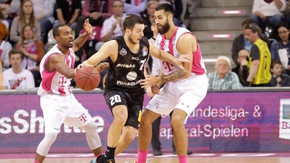 Josh Mayo, Martin Breunig / Telekom Baskets Bonn vs. Jovan Novak / Mitteldeutscher BC