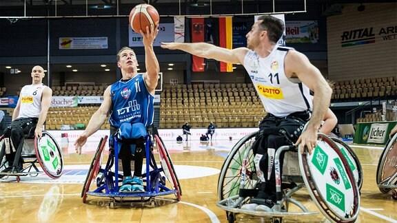 Sportler beim Rollstuhlbasketball im Kampf um den Ball.