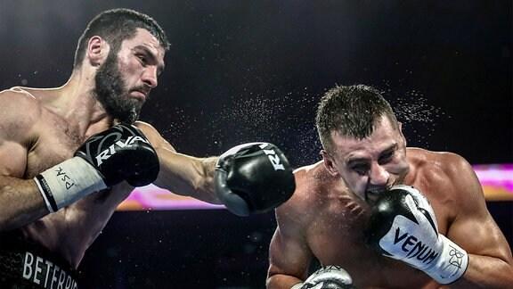 Artur Beterbiev (li.) landet einen Treffer in einem Boxkampf gegen Oleksandr Gvozdyk.