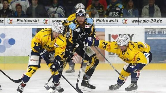 Bayreuth Tigers Spieler Nr.: 33 Arnoldas Bosas mitte Lausitzer Füchse Spieler Nr.: 77 Oliver Granz links Lausitzer Füchse Spieler Nr.: 25 Steven Bär rechts.