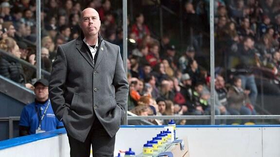 Head Coach Corey Neilson, Lausitzer Füchse, wartet auf sein Team.