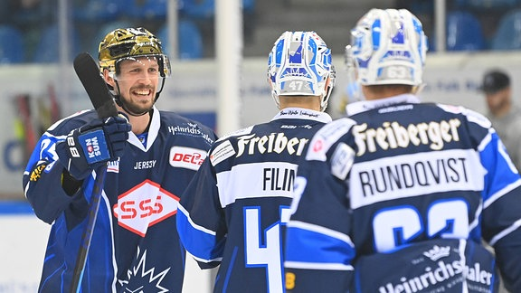 Simon Karlsson, Vladislav Filin und David Rundqvist jubeln