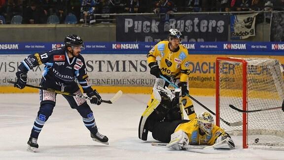 Tor zum 1:2, Toni Ritter, 17, Dresden, trifft gegen Goalie Timo Herden.