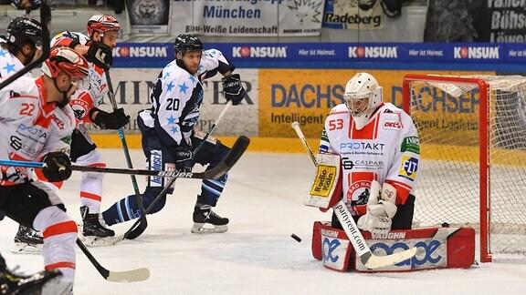 Bastian Kucis Nauheim rettet gegen Kevin Lavallee  20, Dresden
