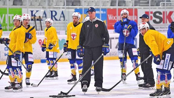 Lausitzer-Füchse-Trainer Corey Neilson inmitten seiner Mannschaft