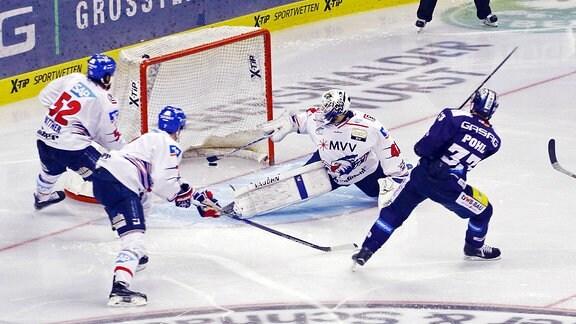Petr Pohl erzielt gegen die Adler Mannheim das 2:1 für die Eisbären Berlin