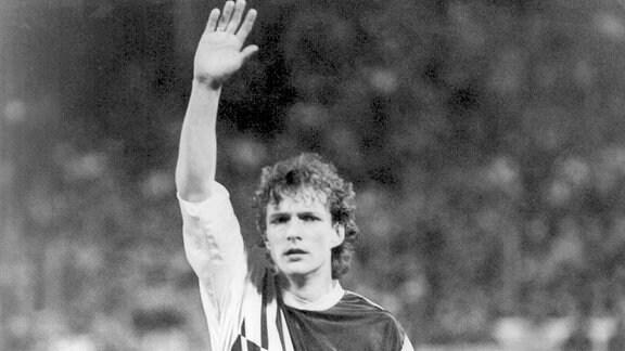 Torjäger Gütschow begrüßt die Fans vor dem Spiel (Archivbild)