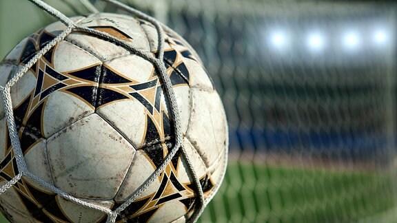 Fußball fliegt ins Tor