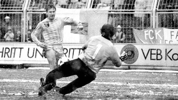 DDR-Oberliga 1989/90: Szene aus dem Spiel FCK gegen HFC, Torhüter Jens Adler wirft sich Steffen Heidrich entgegen.