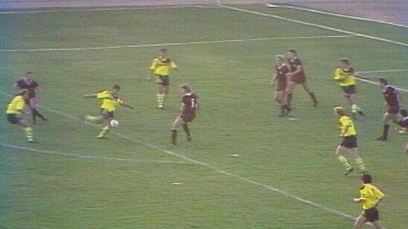 Ulf Kirsten von Dynamo Dresden trifft zum 1:0