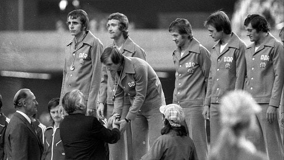 Torwart Jürgen Croy, Gerd Weber, Hans Jürgen Dörner, Konrad Weise, Lothar Kurbjuweit und Reinhard Lauck werden 1976 von FIFA Präsident Joao Havelange und IOC Präsident Lord Michael Killanin geehrt.