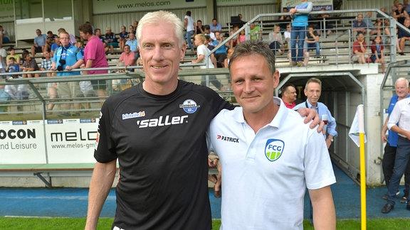 Rob Reekers (Co Trainer SC Paderborn 07, links) und sein ehemaliger Mitspieler Heiko Bonan (Trainer FC Gütersloh, Ex-Profi) Fußballstadion.