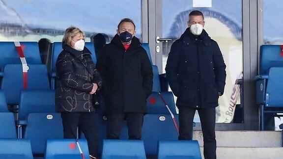 Joachim Streich mit seiner Ehefrau und Geschäftsführer Mario Kallnik 1. FC Magdeburg - 3. Liga Fußball Saison 2020-2021 Punktspiel FC Hansa Rostock vs. 1. FC Magdeburg im Ostseestadion in Rostock