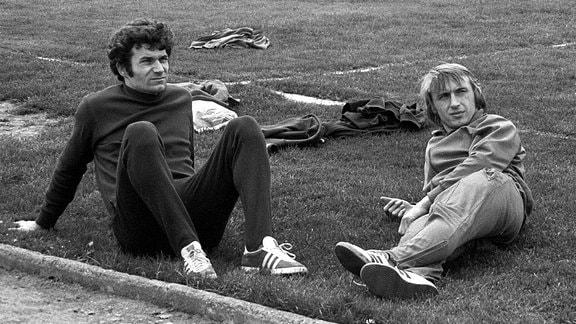 Wolfram Löwe (li.) und Joachim Streich relaxen am Rande des Trainings.
