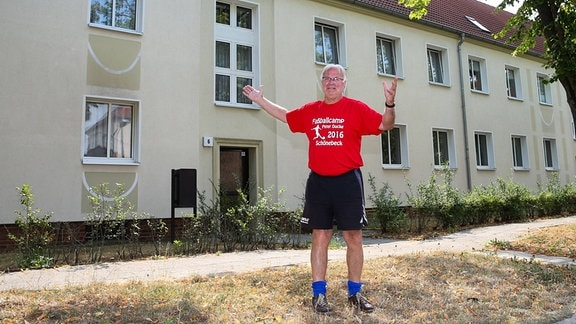 Peter Ducke steht vor seinem ehemaligen Wohnhaus in Schoenebeck.