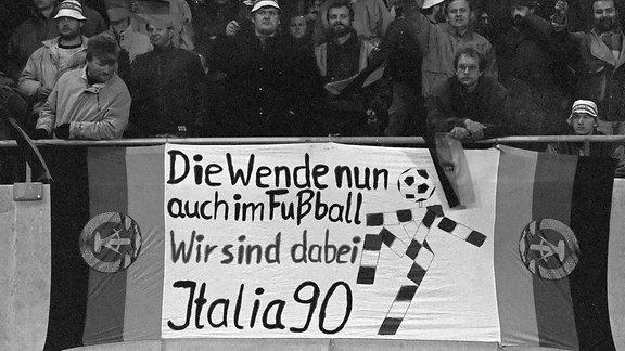 DDR Fanblock freut sich während des letzten DDR Länderspiels in Wien gegen Österreich auf die Teilnahme an der Weltmeisterschaft 1990 in Italien - Die Wende nun auch im Fußball.
