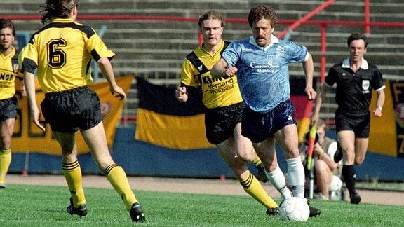 DDR Oberliga Saison 1989/1990 zwischen 1. FC Magdeburg und SG Dynamo Dresden - Wolfgang Steinbach gegen Ralf Hauptmann (2.v.re., Dresden).