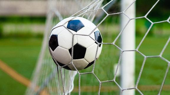 Fußball fliegt ins Netz