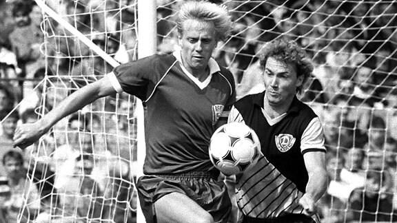 DDR Fussball Oberliga Cottbus 05.08.1989 Supercup,  4:1, Rainer Ernst (BFC Dynamo, li.) gegen Andreas Trautmann (Dresden)