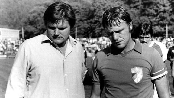 Hans Meyer, Trainer des FC Carl Zeiss Jena (li.) mit seinem Kapitän Rüdiger Schnuphase enttäuscht nach einem Spiel in der Saison 1983/1984