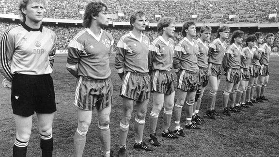 Die DDR Mannschaft vor Spielbeginn des WM Qualifikationsspiel.