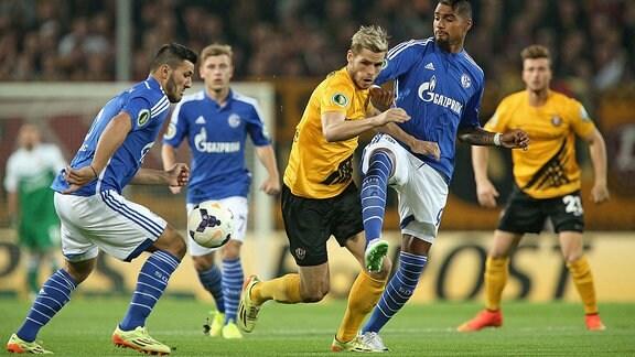 v.l. Sead Kolasinac (Schalke) , Justin Eilers (Dynamo Dresden) gegen Kevin-Prince Boateng (Schalke).