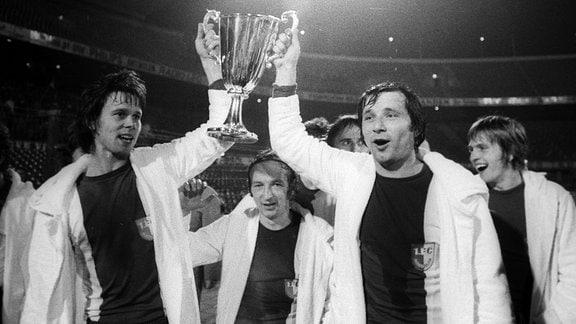 ürgen Sparwasser und Manfred Zapf rechts mit dem Pokal