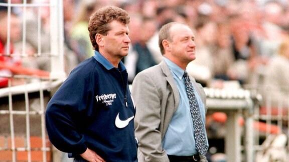Trainer Holger Erler (li.) und Vizepräsident Lutz Lindemann (beide Aue) nachdenklich am Spielfeldrand