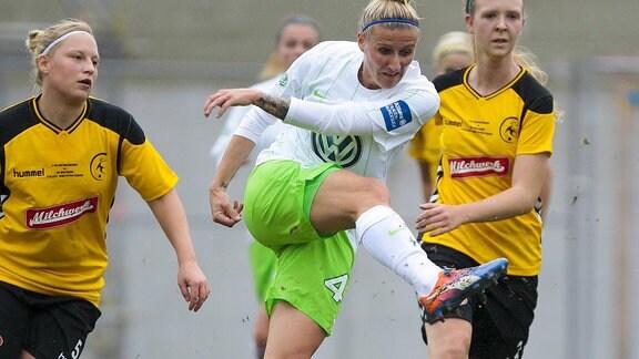Anja Lunch schießt den Fussball beim DFB Pokal der Frauen