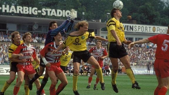 Thomas Vogel (2.v.li.) und Tom Dooley (beide Lautern) gegen die Dresdner Andreas Wagenhaus, Ralf Hauptmann, Torwart Rene Müller und Jens Melzig (alle Dresden, v.re.)