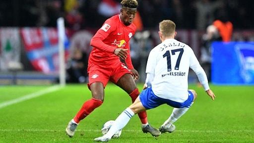 Nordi Mukiele, RB Leipzig, im Zweikampf mit Maximilian Mittelstädt, Hertha BSC
