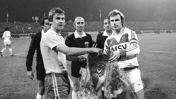 UEFA-Pokal: Carl - Zeiss Jena - MSV Duisburg 1978 0:0 Konrad Weise und Bernard Dietz bei der Begruessung tauschen Wimpel aus