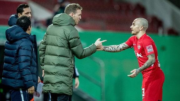 RB Leipzigs Angelino (re.) mit Julian Nagelsmann