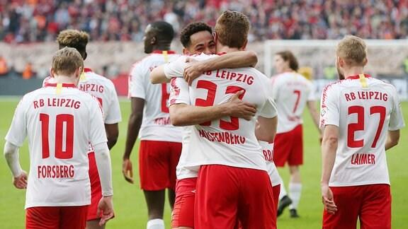 Leipziger Torjubel nach dem Treffer zum 2:4 durch Matheus Cunha.