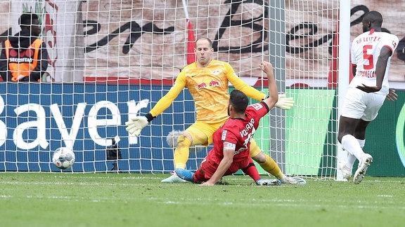 Tor für Leverkusen. Kevin Volland (31, Leverkusen) trifft zum 1:0 gegen Torwart Peter Gulacsi (1, RB Leipzig).
